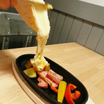 CRAFT BEER Te's - 目の前でとろ~りと流れる濃厚チーズがたまらない【ラクレット】