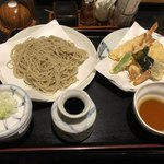 正衛 - 本日の天ぷらとせいろ。二八蕎麦です。