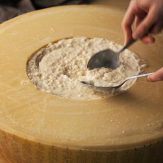 こだわり食材料理【丸ごとパルメジャーノチーズのリゾット】