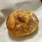 77179198 - 淡路の玉ねぎパン ¥120
