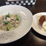 ソリッソ - メインの秋鮭とブロッコリーのクリームソース&パン