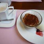 トラットリア アドリアーノ - 食後のカプチーノ&デザート(ティラミス)