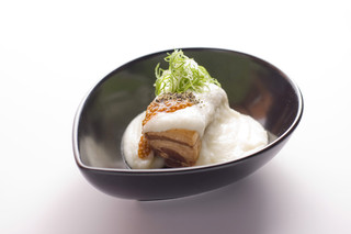 西麻布 博多もつ衛門 - じゃが芋のソースが美味しい!【きなこ豚の角煮】女性に大人気!!