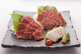 西麻布 博多もつ衛門 - 熊本から直送された新鮮な馬肉!【馬刺しの盛り合わせ】