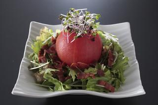 西麻布 博多もつ衛門 - トマトが丸ごと1個!見た目も鮮やか【有機トマトとベーコンのサラダ】♪