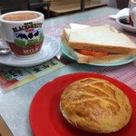 Cheung Heung Tea Restaurant - 料理写真:鮮茄吞拿魚三文治、焗雞批、熱奶茶