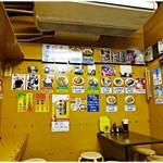 つるかめ食堂 - 店内風景。壁には色んなメニューが。