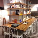 タブレスクック&ジョナサンズ ブックストア - 店内風景(カウンター席)。