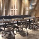 タブレスクック&ジョナサンズ ブックストア - 店内風景(小テーブル席)。2人掛けのテーブル席が11、4人掛けが4セットある。