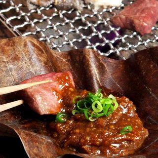 【大人気】朴葉(ほおば)味噌で食すホルモン六種盛り