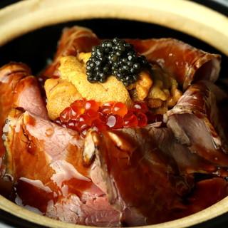 【豪華饗宴】うに、いくら、キャビアを乗せたローストビーフ丼。