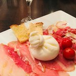 花畑牧場 RACLETTE ~ラクレットチーズ専門店~ 新千歳空港店 - 生ハムとチーズ。
