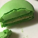 ブールミッシュ - 料理写真:サクサクのマカロンなので切ったら割れました