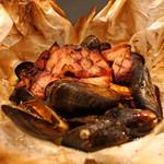 Ata - ジロール茸とムール貝とベーコンとポロ葱の包み焼き