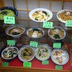 77202840 - ガラスケースのサンプル料理 どこか懐かしい食堂の入口