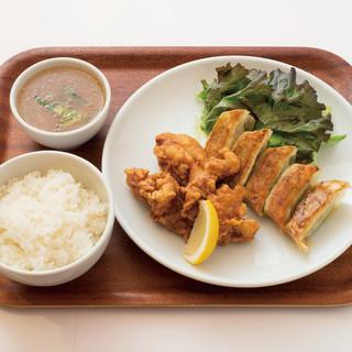 餃子やカレーランチ各種463円~!昼飲みもOK!