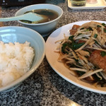 康楽 - 「ニラレバ炒めライス」の半ライス。 メイン、ご飯、スープ、全て美味しいです。 半ライスは50円安く、これで800円!