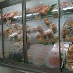 竹やぶ - 店内には新鮮な鶏肉がいっぱい