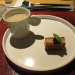eclat - アミューズ: マロンスープ、フォアグラのサンドイッチ(上にいちじく)