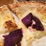 77212848 - もちもち生地に分厚いモッツァレラ、ゴルゴンゾーラの塩気に紫芋の甘味が合う!