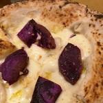 77212853 - 大きな薪窯で焼かれた、熱々の紫芋とゴルゴンゾーラのミニピッツァ