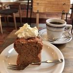 オキーフ - キャロットケーキ 500円(税込) 六珈さんのコーヒー 550円(税込) セットでここから50円(税込)引き