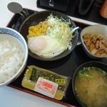 吉野家 - 料理写真:ハムエッグ牛小鉢定食(490円)