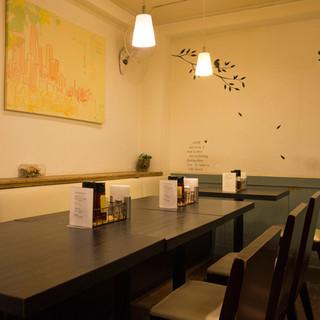 地下に広がる、シンプルで開放感のある美食空間