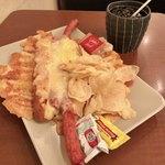 77222106 - チーズドッグ/アイスコーヒー 910円(税込)