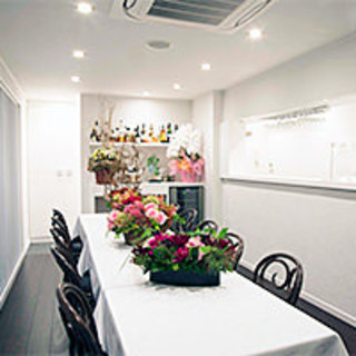 2階個室にて専属スタッフがお料理とサービスを担当致します。