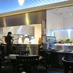 シンガポール シーフードリパブリック - バー・エリアから見た厨房