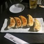 77232968 - 焼き餃子。