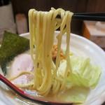 無銘 - 平打ちの低加水麺でプツッとした食感。