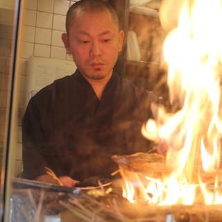 豪快な焼き技を目の前で楽しめるカウンター席で美味美酒を楽しむ