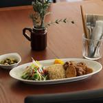 オレンジカフェ - チキンの煮込みと玄米ごはん お豆のサラダ付き