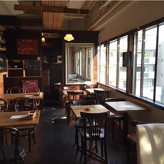 クラシカルなパリのカフェらしい懐かしい雰囲気の店内