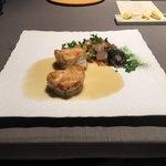 ランベリー - 北海道産あんこうのセモリナ粉ロティ アリコブランと貝類 ソースブールブラン。白インゲン豆はブイヨンで炊いた後に素揚げすることでカリッとクリスピーに。ほんのりとカレー的なスパイスを効かせてアクセントに。