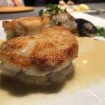 ランベリー - 香ばしく焼き上げられたセモリナ粉ムニエル。ジューシーで綺麗な身質。穏やかな酸味があるソースはバターも感じるが軽やか。貝はツブ貝やミルガイ、ホッキ貝など。