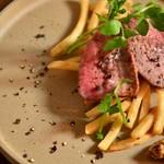 霜降り牛肉のステーキ&フレンチフライ