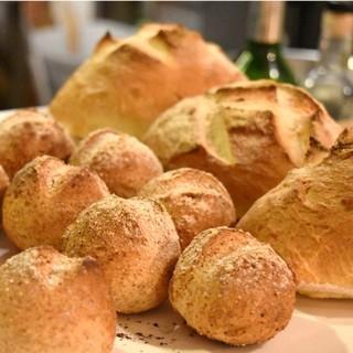 【毎日18時】お店で焼上げる3種の自家製パンが常連さんに人気