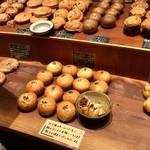 パンストック - 【店内】中には試食できるパンもあります。