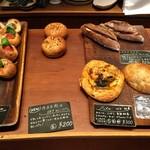 パンストック - 【店内】惣菜系のパンもあります。