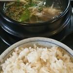 北海道ジンギスカンと炭焼牛タンの店 廣 - 「牛たん定食」のテールスープと麦飯