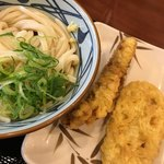 丸亀製麺 - ぶっかけ(冷)(並)+ネギ・生姜 かしわ天、れんこん天