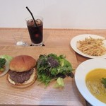 バーガー トウカ - 料理写真:暫くすると注文したハンバーガーなどの商品の出来上がりです。  こちらもインスタ映えしますね。
