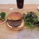 77298634 - ハンバーガーS(120g)1400円。                                              ハンバーガーはミートパティの挟まれたバンズとサラダ、ハンバーガーに挟むオニオン、トマト、ピクルスと大きく3つに分けられて運ばれてきました。