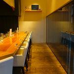 軍鶏と純手打ちうどん はし田本店 - 厨房を眺めることができるカウンター席