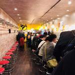 ダントツラーメン  - 広くなった店内  後ろで待つ人にも椅子があり