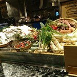 魚貝三昧 げん屋 - 新鮮な食材が並んでいるのが見えます
