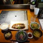 77318821 - 地魚煮付けとミニ刺身定食(1,000円)上半分にフォーカス